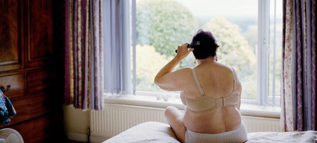 Fotografiska-Exhibition-Woman-brushing-hair-Photo_Ida-Borg