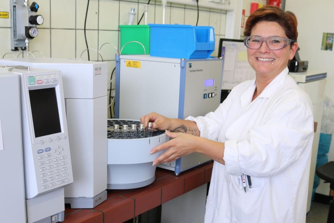 """Begeistert von ihrem Job: Monic Marsal, Leader Pulp Laboratory in Mannheim. """"Mir macht meine Arbeit und die damit verbundene Verantwortung für das Labor wirklich rundherum Spaß. Und ich finde es wunderbar, gemeinsam mit meinem Team und den Kollegen im Werk Lösungen zu finden, wenn sich irgendwo ein Problem zeigt."""""""