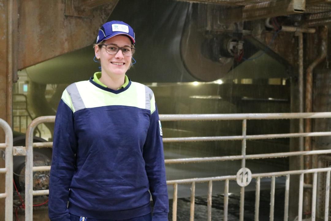 Ihre Leidenschaft gilt der Papierproduktion: Als Maschinenführerin sorgt Lara Eckert dafür, dass Maschineneinstellungen, Lauf und Papierqualität immer stimmen, so dass das Hygienepapier in der Verarbeitung problemlos weiterverarbeitet werden kann.