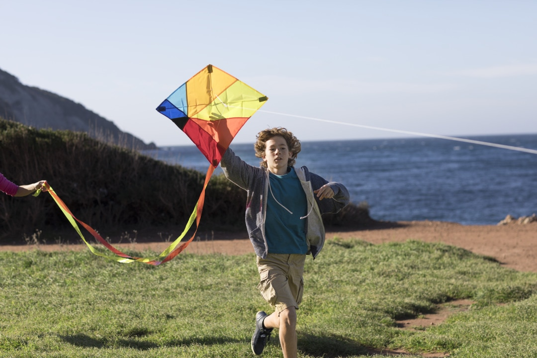 Boy_with_kite_on_beach_1.tif