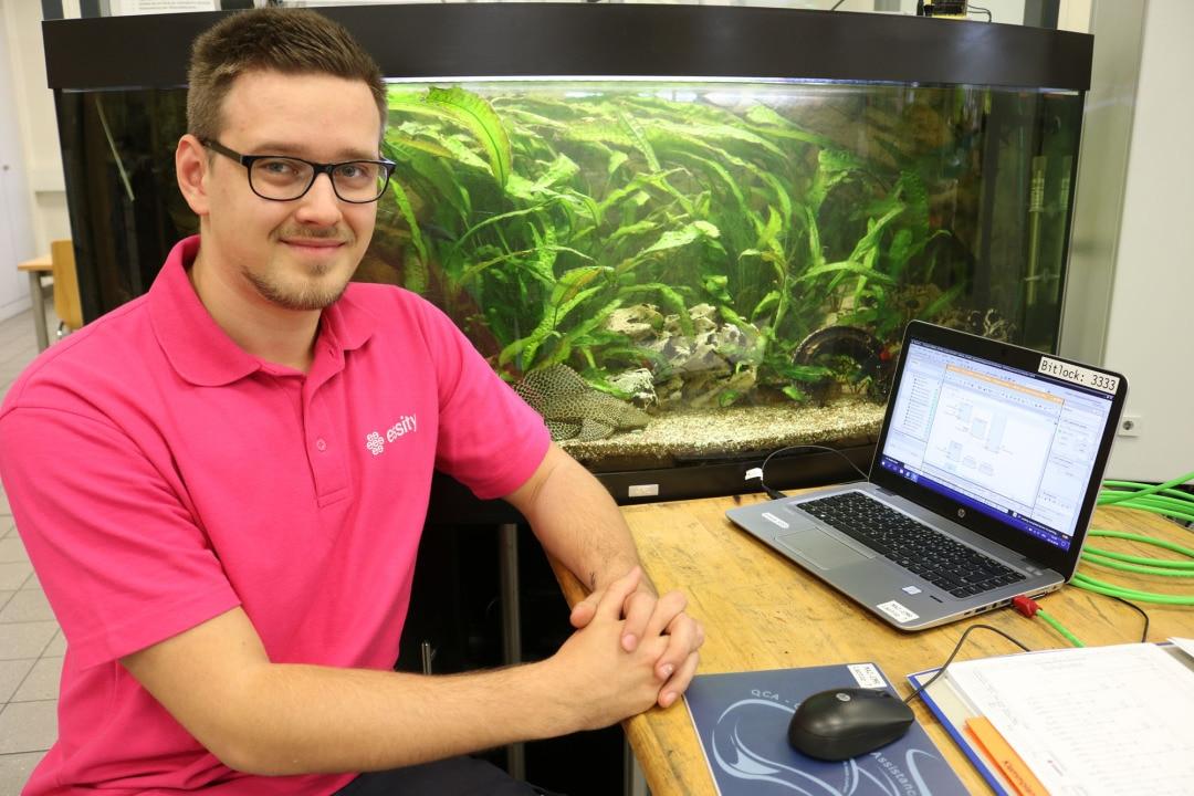 Von Dokumentation und Schaltplänen über Programmierung und Verdrahtung bis hin zum Metalldeckel: alles von Azubis gemacht. Tim Mairle war Projektleiter. Jetzt hat er das Aquarium an den nächsten Azubi-Jahrgang übergeben.