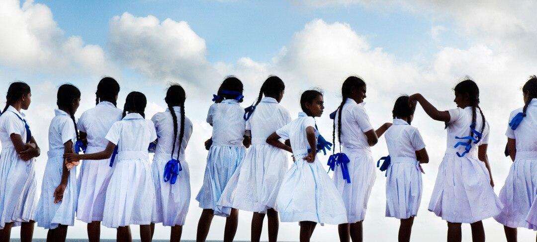 GirlsWatchingSky-2880x1300.jpg